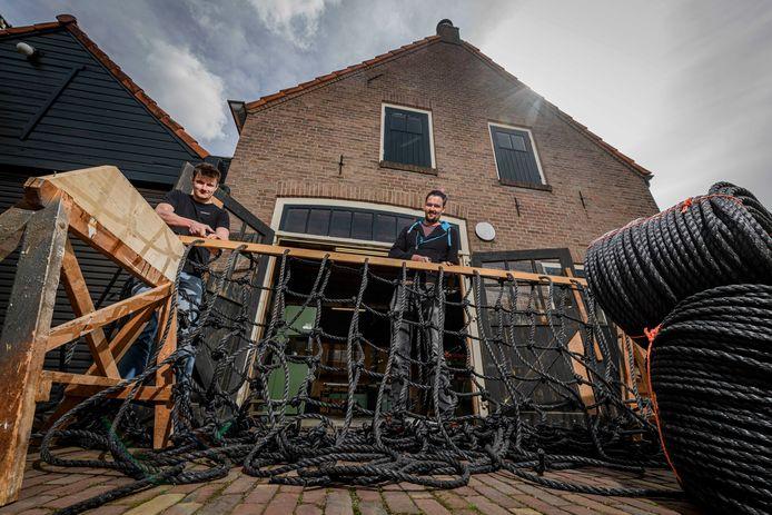 Koen Esselink (links) en Roel Jonk knopen en verkopen klimnetten. Hun bedrijf heet De Klimnetterij.