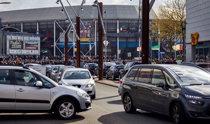 Dit wil Rotterdam niet meer: een verkeerschaos op De Veranda bij een wedstrijd van Feyenoord. Vanaf woensdag, dus al tijdens Feyenoord-Heerenveen, mag je daar nog maar maximaal 90 minuten parkeren. Te kort voor een wedstrijd dus.