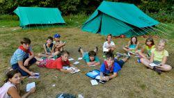 Covid-19 heeft kinderen gespaard: waarom ouders zich geen zorgen moeten maken over hun kroost die straks op kamp vertrekt