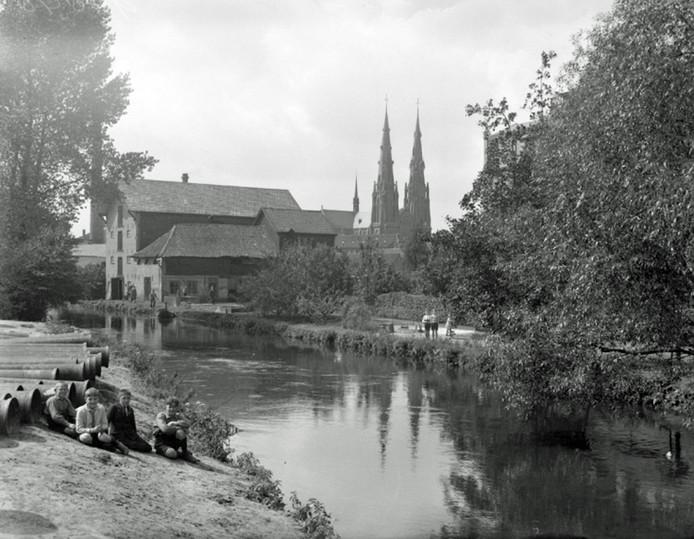 De Dommel in Eindhoven met op de achtergrond de Catharinakerk.