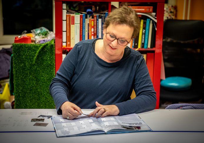 Gemeenteraadslid Irene Koene met het Plaatjesboek: ,,Dit gaat niet over een keuze voor luxe, maar over gewoon mee kunnen doen in je eigen stad.''