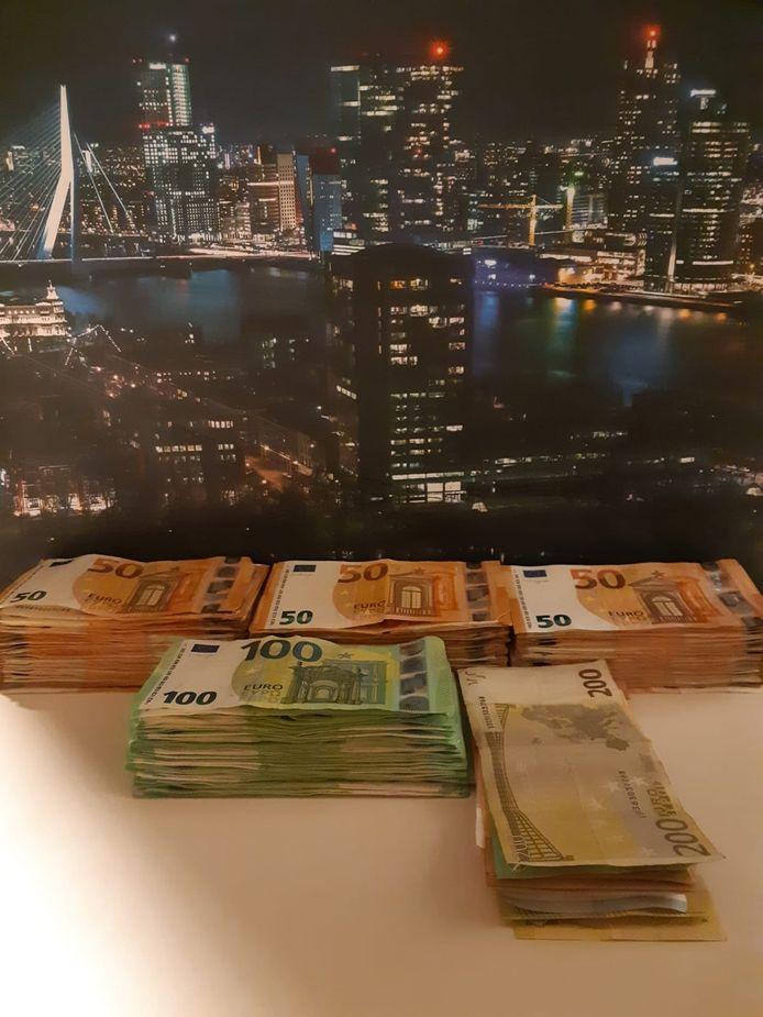 De politie heeft een man opgepakt die bijna 30.000 euro in cash op zijn hotelkamer had liggen.