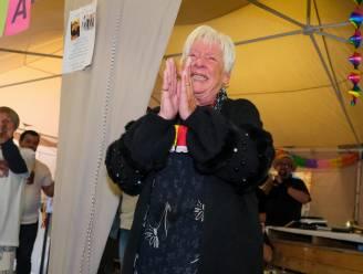 """Cafébazin Sonja (75) is al één jaar met pensioen, toch neemt ze vandaag pas écht afscheid van de toog: """"Mooiste momenten beleefd tijdens Broek-Kermis"""""""