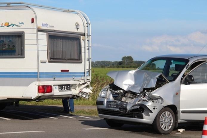De auto reed achterop de caravan.