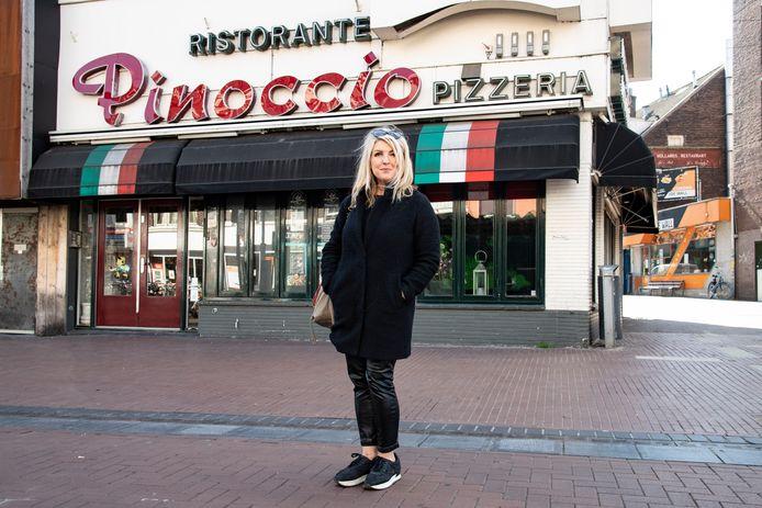 Györgyi Kovacs voor haar restaurant pizzeria Pinoccio in de Molenstraat, waarvoor ze faillissement heeft moeten aanvragen.