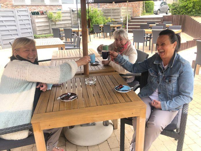 Drie collega's van het woonzorgcentrum komen eventjes tijdens hun middagpauze de lokale horeca steunen met een koffietje.