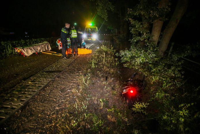 Bij een ongeluk op een smalle dijk bij Ommel werd een motorrijder van de weg gereden
