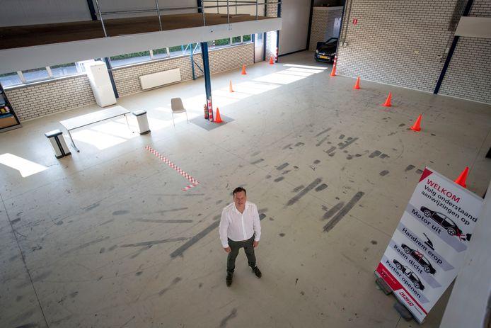Flores Lem van de GGD Twente in de nieuwe Almelose teststraat, gevestigd in een voormalige bedrijfshal van Potijk.