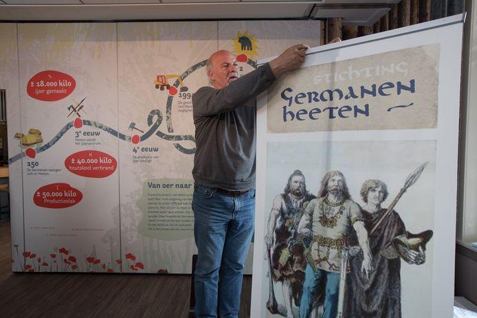 Harry Oosterhuis in de Germanenkamer van Heeten. Morgen worden de deuren geopend.