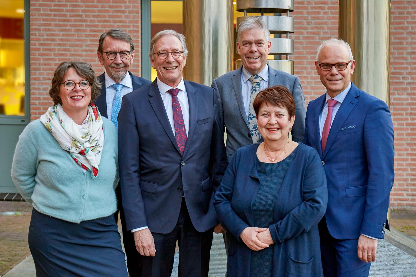 Het laatste college van Haaren, vlnr rechts: Carine Blom (Progressief'96) Harry van Hal (CDA), waarnemend burgemeester Yves de Boer, Martien Vromans (CDA), Adrienne Verschuren (Progressief'96) en gemeentedirecteur Joan van den Akker.
