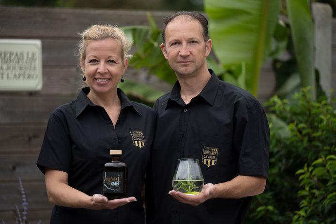 Andy Herbos en Isabelle De Loenen presenteren hun Rupel Gin.