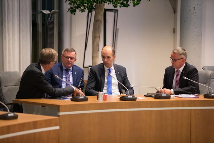 Wethouders Geert Meijering (toerisme) en Eibert Spaan (belastingen) trekken het boetekleed aan.