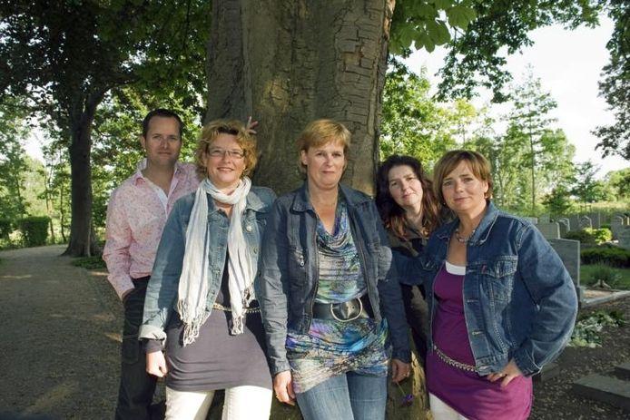 Rob en Annita van den Ouden, Wilma Kodde, Tosca Bolster en Annette Blom op de begraafplaats in Zierikzee bij de gedenksteen van Bas. Samen vormen zij het bestuur van de stichting Bas! foto Izaäk Verkeste