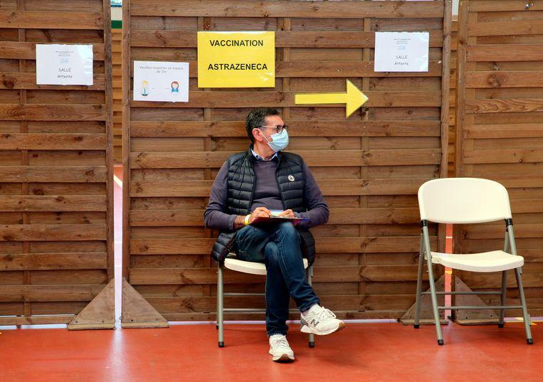 Een Fransman wacht op zijn AstraZeneca-vaccinatie.  Beeld AP