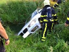 Auto rijdt het water in bij Rijen, drie inzittenden veilig uit de auto