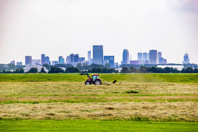 Tractor voor de skyline van Rotterdam.