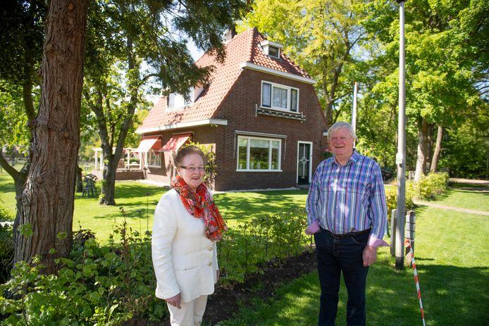 Fennie van Petersen-Hammers (84) en haar zwager Herman Kampman bij de woning aan de Jipkesbeltweg in Hulsen waar zij als jong meisje opgroeide in de Tweede Wereldoorlog.