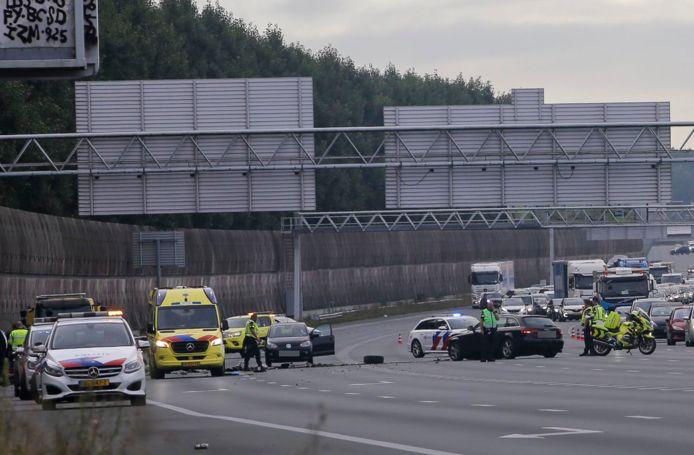 Een automobilist schoot door de middenberm van de A2 bij Abcoude en botste op een andere auto.