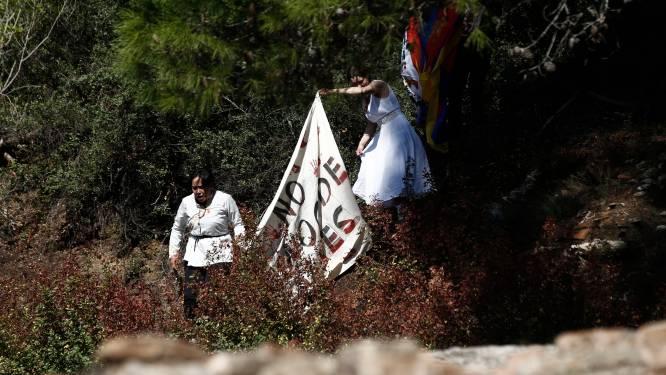 Des manifestants tentent de déployer un drapeau tibétain lors de l'allumage de la flamme olympique