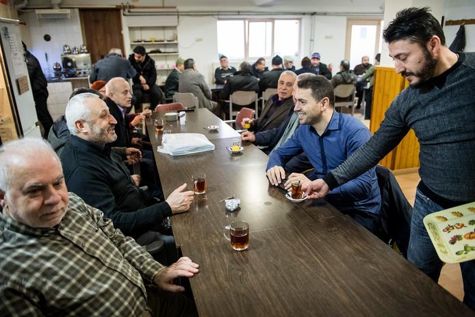 Eser Sentürk (tweede van rechts).