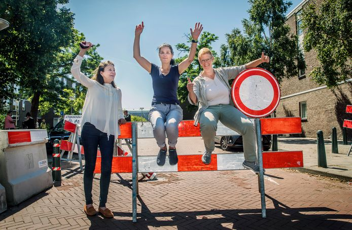 Betty (links), Lucienne en Ineke (rechts) van de Stationsbuurt zijn heel blij met de afsluiting van de Slijpmolen én de Hoefkade in de Schilderswijk. Die wordt niet door iedereen op prijs gesteld.