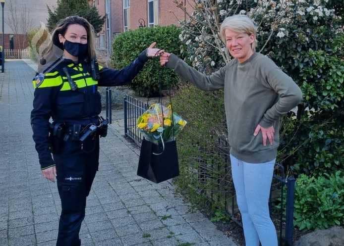 Bloemen voor de vriendin van de bedrijfsleidster van Ivo Snack's vanwege haar heldhaftige optreden tijdens de steekpartij.