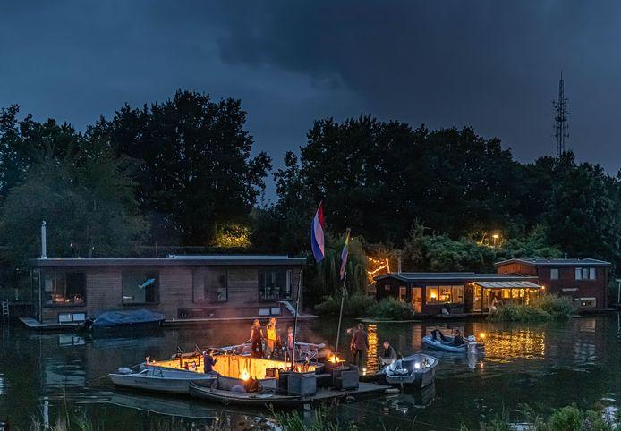 Woonbootbewoners maken met hun bootjes een eilandje in het Almelose kanaal.