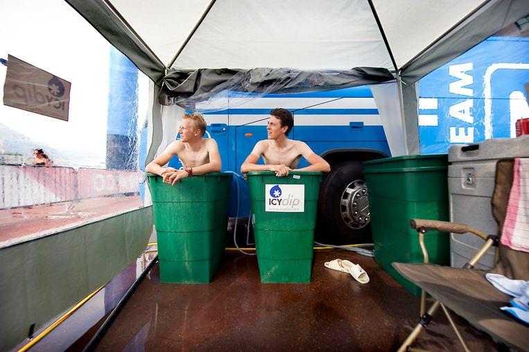 Wielrenners Fabian Wegmann en Niki Terpstra nemen een ijsbad voor de proloog van de Tour de France van 2009. Beeld Klaas Jan van der Weij/de Volkskrant