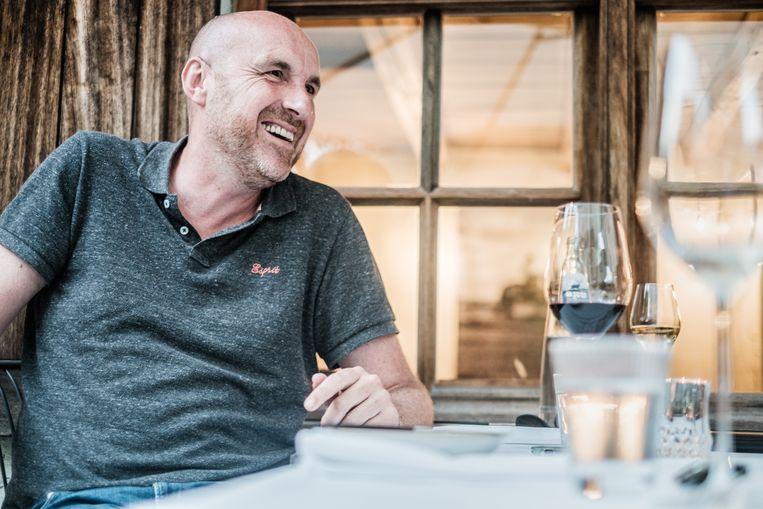 ''Welkom in de club van de miljonairs', zei Tom Lenaerts.  Voor alle duidelijkheid: in kijkcijfers, niet in centen. 'Vanaf nu is uw leven naar de kloten.'' Beeld Bob Van Mol