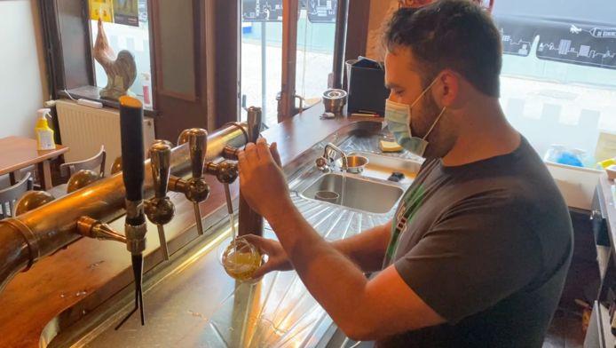 De eerste pint in café De Hanekeef werd zaterdag om 8 uur getapt.