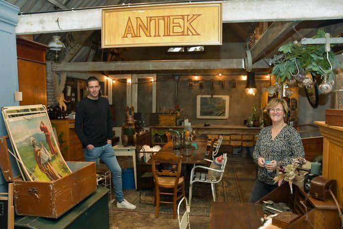 In zijn vrije tijd runt Davy van Mulken samen met zijn compagnon Silvia Coppoolse 't Oude Wagenhuis in Hoofdplaat waar ze antiek, brocante en industrieel design verkopen.
