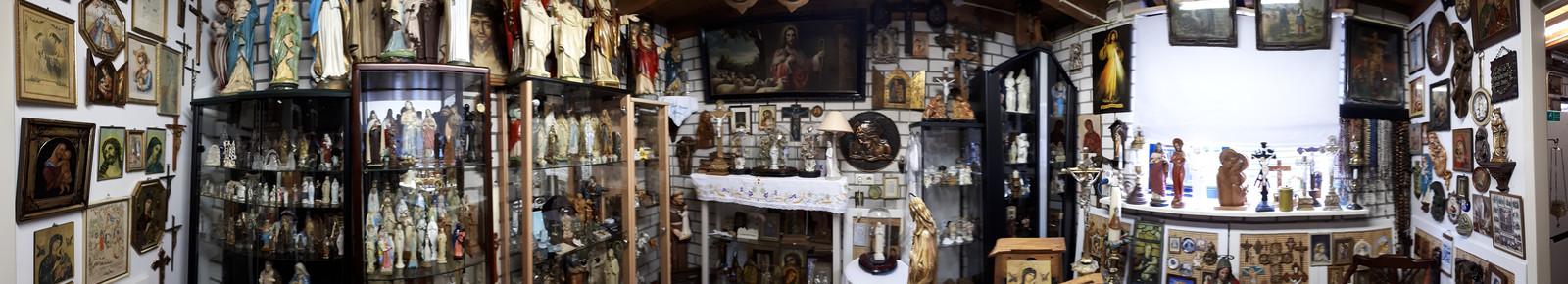 Het kleine museum staat vol met heiligenbeelden, schilderijen en noveenkaarsen. Foto Janneke Hobo