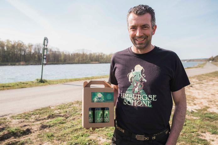 Luc Savoné van drankenhandel De Hangaar met het eigen bier in de hand.