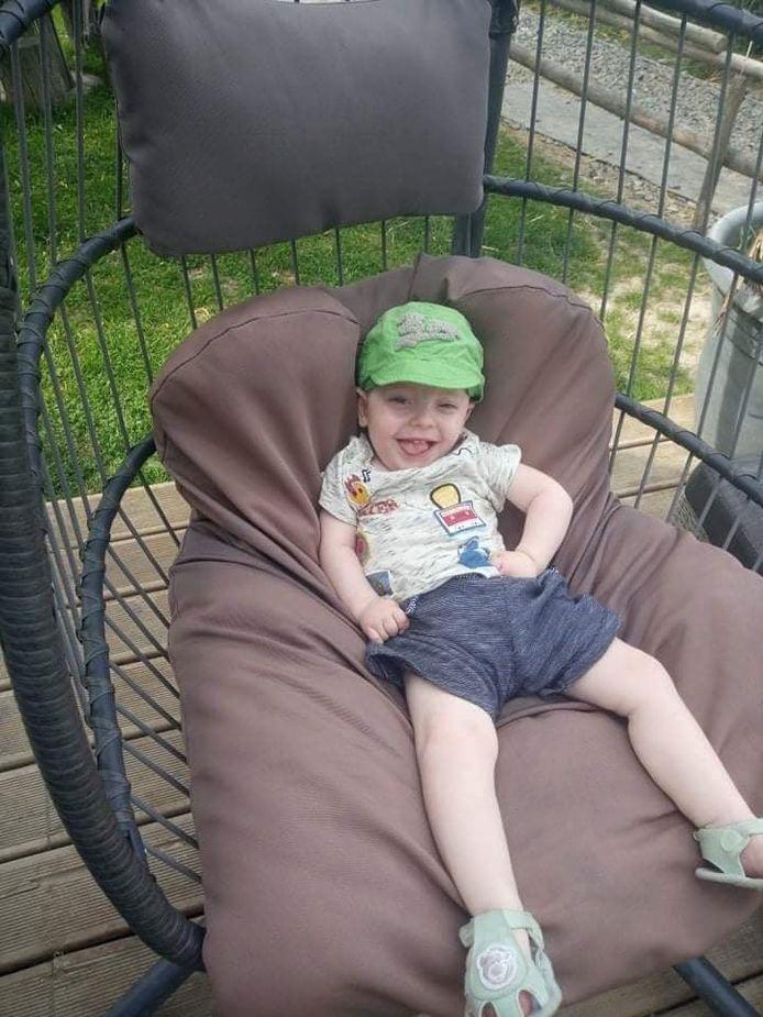 À cause de sa maladie, Lucien ne peut pas s'asseoir normalement.