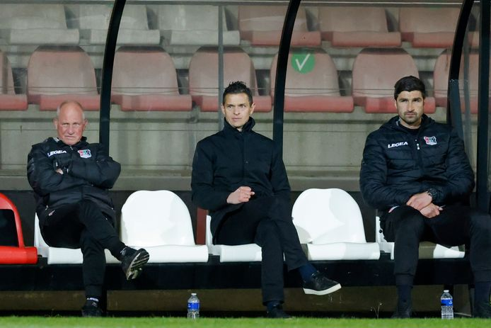 Rogier Meijer in de dugout van De Toekomst tijdens Jong Ajax-NEC.