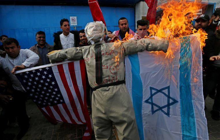 Een pop die Trump moet voorstellen, gaat in vlammen op. Beeld Photo News