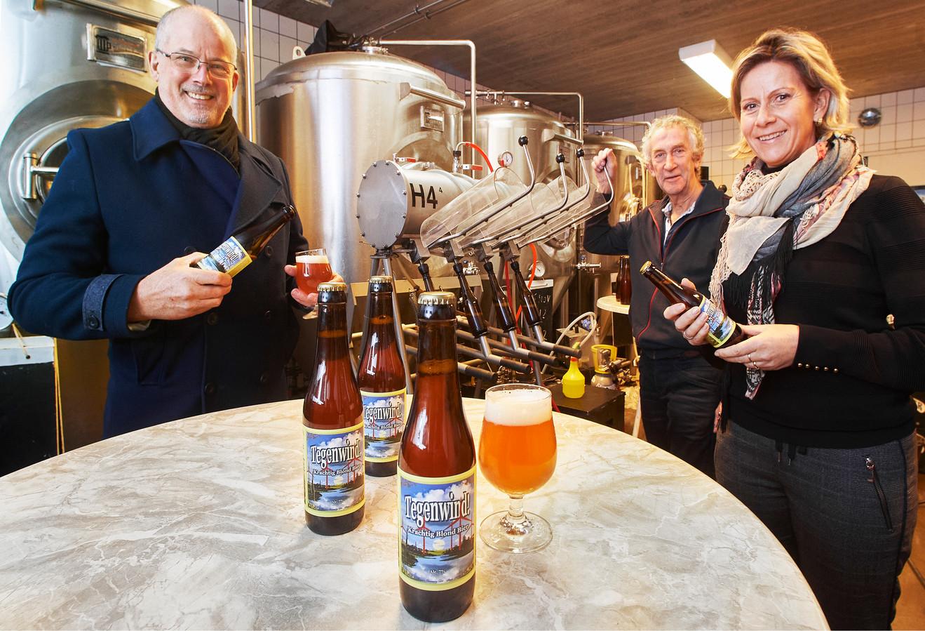 Paul Oortman (links) en Hanneke van den Berg van actiegroep Behoud Lithse Polder proeven van de eerste lichting Tegenwind. Op de achtergrond bierbrouwer Henry Thissen.