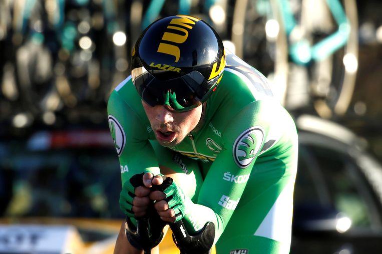 Primoz Roglic klimt naar de winnende tijd.  Beeld EPA