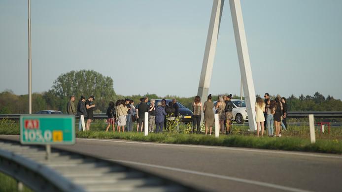 Nabestaanden leggen bloemen op de plek van het ongeval, langs de A1 bij Deventer.