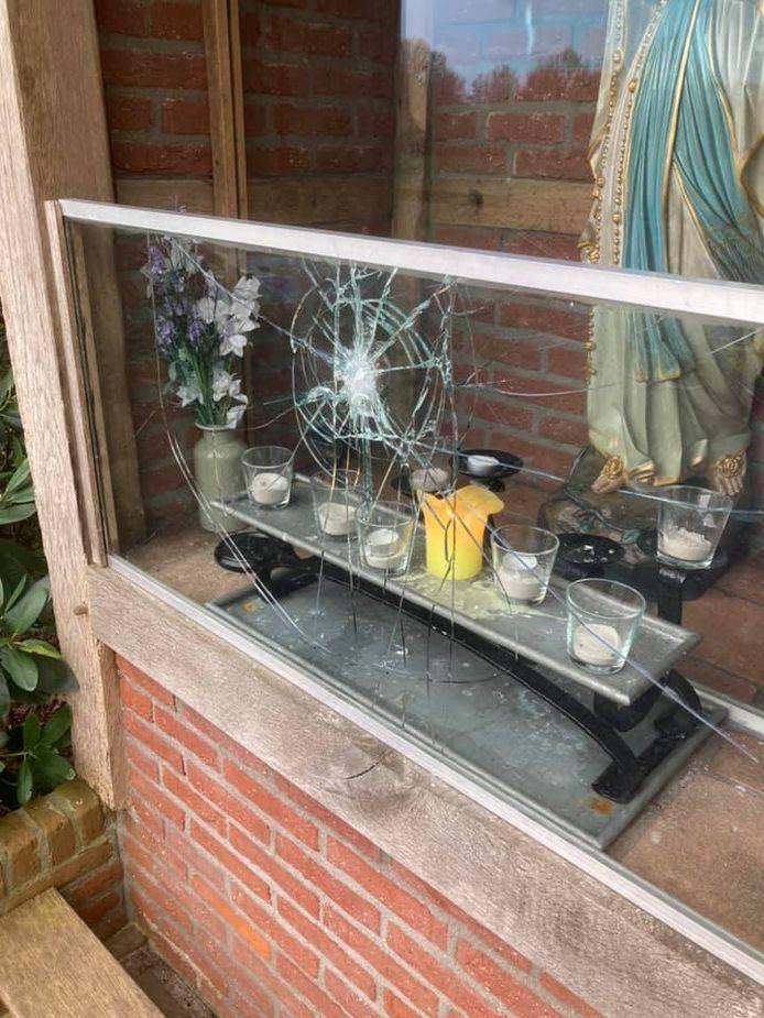Met een scherp voorwerp werd gepoogd het glas in te slaan