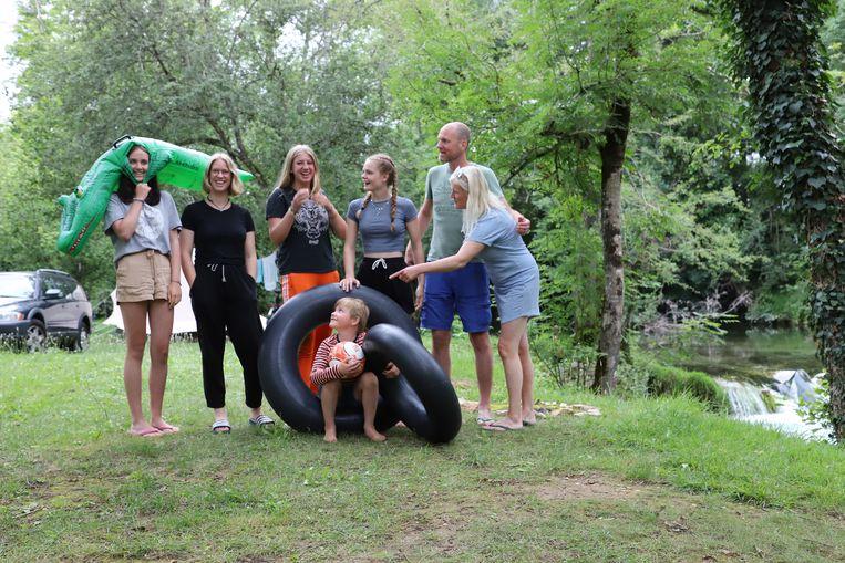 Suzanne van Dam en haar vakantiegezelschap op een camping in de Dordogne. Beeld Peter Prins