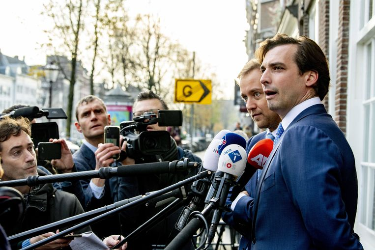 Thierry Baudet (rechts) staat de pers te woord in Amsterdam. Beeld EPA
