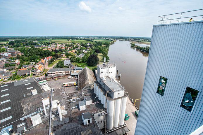 Diervoederbedrijf Havens in Maashees gezien vanaf het dak van de nieuwe, woensdag geopende silo. Het dorp Maashees ligt pal naast de veevoerfabrikant.