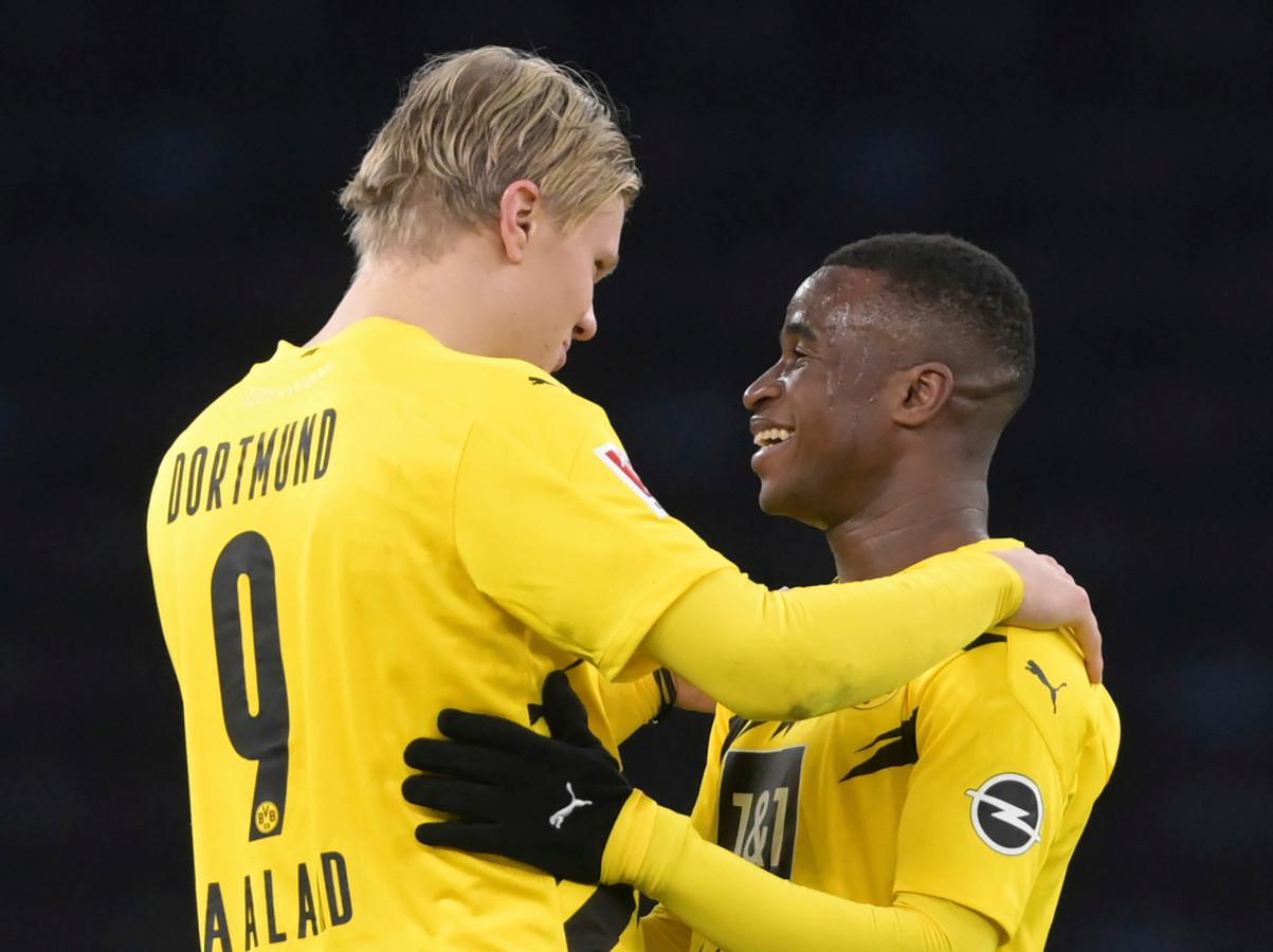 Erling Haaland (l) en ploeggenoot Youssoufa Moukoko vieren de 5-2 zege op Hertha BSC.