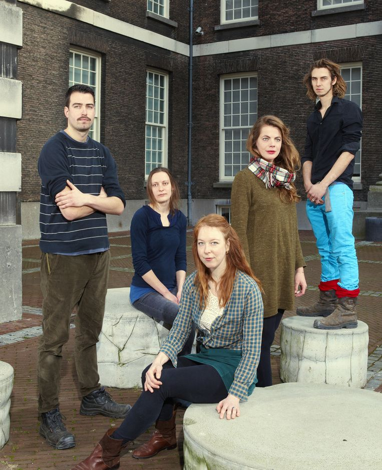 De genomineerden voor de Volkskrant Beeldende Kunst Prijs. Derde van links Femmy Otten. Beeld Daniel Cohen / de Volkskrant