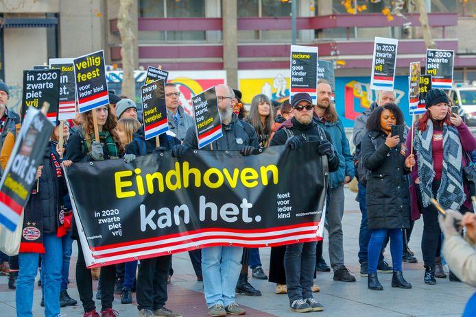 Eindhoven Demonstratie van Kick Out Zwarte Piet/Eindhoven kan het op het Stadhuisplein in Eindhoven tegen zwarte piet.