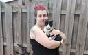 Renate (30) heeft als echte dierenliefhebber zelf ook twee katten, waarvan ze hier met eentje op de foto staat.