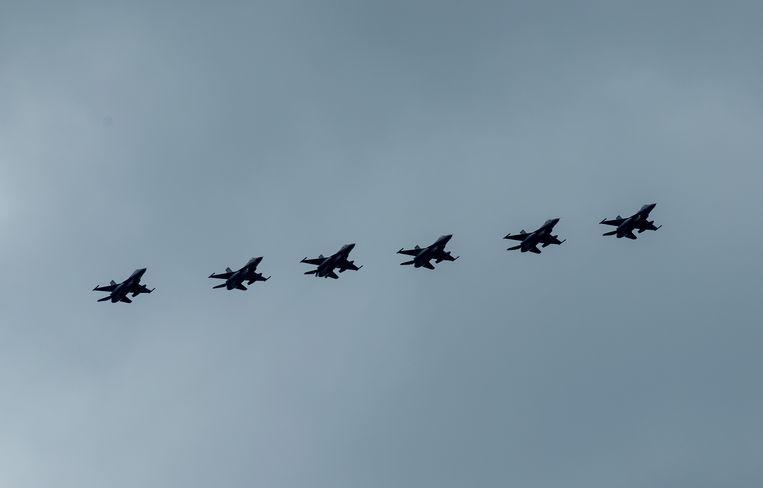 De zes Nederlandse F-16's die actief waren in de strijd tegen IS bij hun terugkeer naar Nederland. Beeld ANP