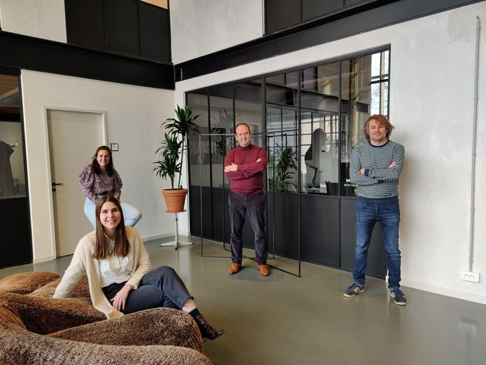 Projectontwikkelaar cohousingprojecten HEEM zet tanden in pachthoeve in Drie Fonteinen.  Op de voorgrond Gwen Malfeyt, vlnr: Stefanie van Gansen, Gert Cowé en Joeri Bal.