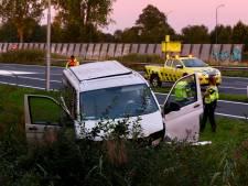 Bestelbus raakt van snelweg af en belandt in sloot naast A50 bij Sint-Oedenrode